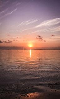水の体に沈む夕日の写真・画像素材[718062]