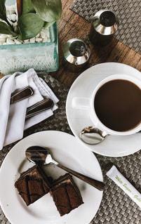 食品とコーヒーのカップのプレートの写真・画像素材[718064]