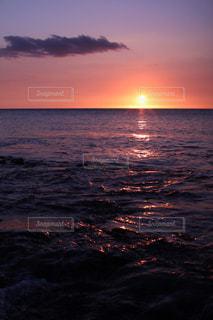 水の体に沈む夕日の写真・画像素材[721775]