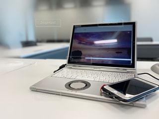 テーブルの上に座っているラップトップコンピュータの写真・画像素材[3396189]