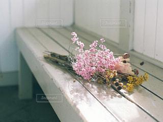 テーブルの上に座って花の花瓶の写真・画像素材[909249]