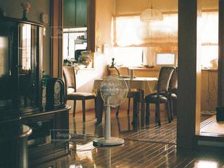 ダイニング ルームのテーブル ウィンドウの前での写真・画像素材[1339729]