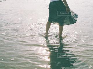 水に立っている女性の写真・画像素材[1339734]