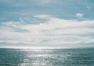 海の横にある水の体の写真・画像素材[1339735]