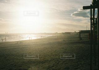 ビーチに沈む夕日の写真・画像素材[1339737]