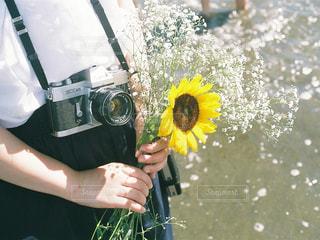 黄色い傘を持っている人の写真・画像素材[1339738]