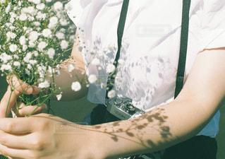 近くに花を持っている人のの写真・画像素材[1339739]