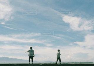 曇り空を歩いている人々 のグループの写真・画像素材[1339740]
