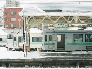 電車は建物の脇に駐車します。の写真・画像素材[1389671]