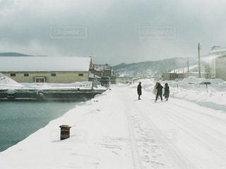 雪の中歩く人々 のグループの写真・画像素材[1389673]