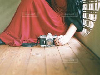床に座っている人の写真・画像素材[1443042]