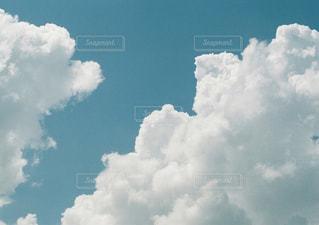 青い空に雲の写真・画像素材[1445609]