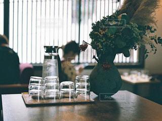 テーブルの上に座って花の花瓶の写真・画像素材[1485323]
