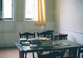 リビング ルームの家具と大きな窓いっぱいの写真・画像素材[1485324]