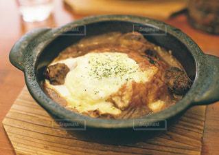 木製テーブルの上に座って食品のボウルの写真・画像素材[1485326]