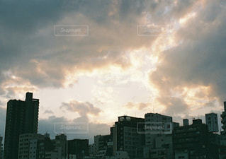 都市上空に浮かぶ雲のグループの写真・画像素材[1641039]