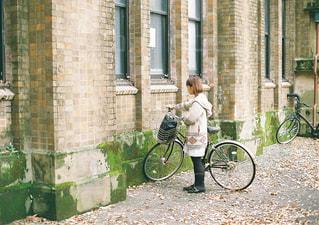 れんが造りの建物の前で自転車の写真・画像素材[1668395]