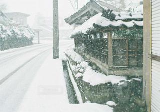 近くに雪の覆われた道路の写真・画像素材[1738523]