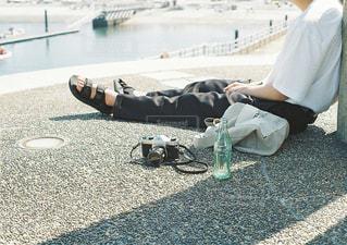 浜辺に座っている人の写真・画像素材[2218224]