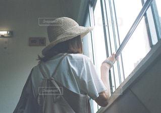 窓の前に立っている人の写真・画像素材[2218233]