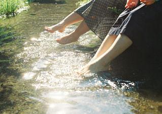 水の中のサーフボードで波に乗っている人の写真・画像素材[2836879]