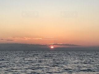 水の体に沈む夕日の写真・画像素材[946687]