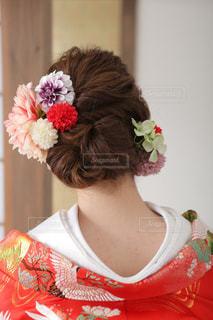 彼女は髪に赤い花を着ている女性の写真・画像素材[817987]