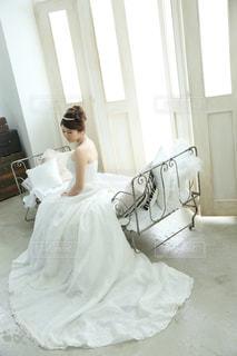 ベッドの上に座っている人の写真・画像素材[817991]