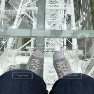 観覧車の床から透けて見える景色の写真・画像素材[2208581]