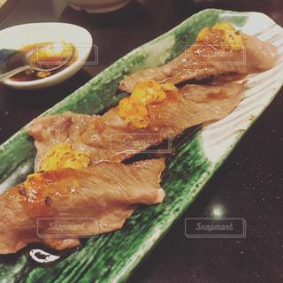 テーブルの上の食べ物の皿の写真・画像素材[2274886]