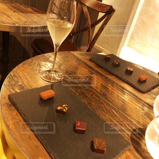 チョコレートとシャンパンの写真・画像素材[806612]