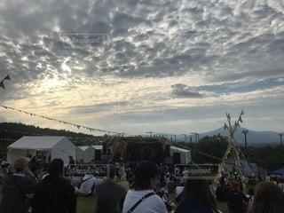 曇り空を歩いている人々 のグループの写真・画像素材[1487438]