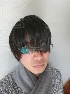 眼鏡をかけて自分撮りをしている男の写真・画像素材[2996584]
