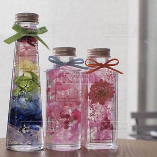 テーブルの上に座っての花で一杯の花瓶の写真・画像素材[1022869]