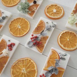 テーブルの上のオレンジのアロマワックスサシェの写真・画像素材[1618305]