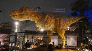 恐竜の前に立っている人々 のグループの写真・画像素材[1099075]