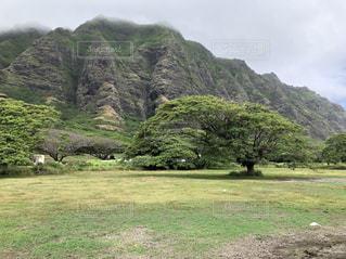 背景にある大きな山の写真・画像素材[2103741]