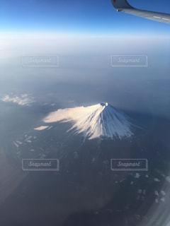大きな飛行機が空中を高く飛んでいるの写真・画像素材[2103742]