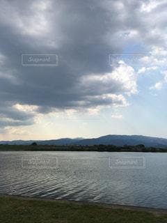 水の体の上の空の雲の写真・画像素材[2127207]