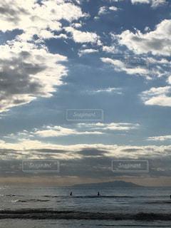 浜辺の空にある雲のグループの写真・画像素材[2127754]