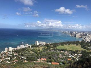 背景に都市がある大きな水域の写真・画像素材[2127766]