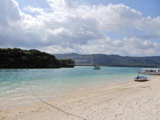 沖縄 石垣島 川平湾 グラデーション 波 とっても 綺麗 雲 山 ボートの写真・画像素材[503280]