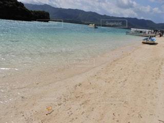 沖縄 石垣島 川平湾 グラデーション 波 とっても 綺麗 雲 山 ボートの写真・画像素材[503281]