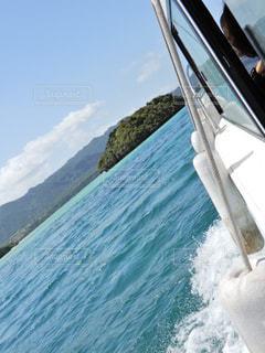 沖縄 石垣島 川平湾 グラデーション 波 とっても 綺麗 雲 山 ボートの写真・画像素材[503283]