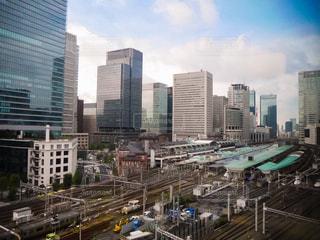街中の線路上の列車の写真・画像素材[855188]