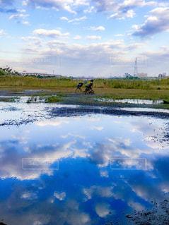水体の上空で雲のグループの写真・画像素材[898647]