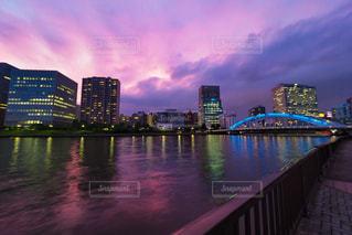 水の体の上の橋の写真・画像素材[1444548]