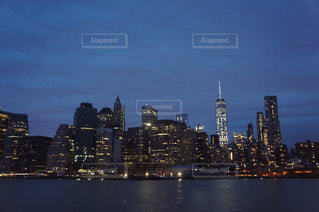 バック グラウンドで市と水の大きな体の写真・画像素材[751127]