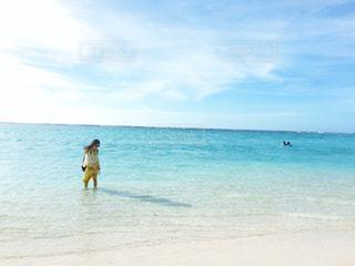 ビーチに立っている人の写真・画像素材[1004766]