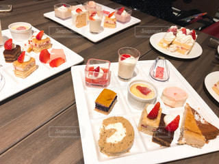 テーブルの上のケーキのスライスを皿の料理の写真・画像素材[1136246]